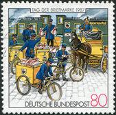 Un sello impreso en alemania, muestra el correo en la estación de carga en el prussia — Foto de Stock