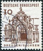 Wand-pavillon, zwinger zeigt eine briefmarke gedruckt in deutschland — Stockfoto