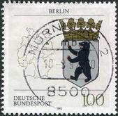 Un sello impreso en alemania, muestra el escudo del estado federal de berlín y el mapa de alemania — Foto de Stock