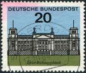 штамп напечатан в германии, показывает рейхстаг — Стоковое фото