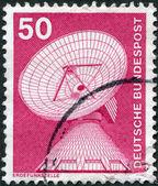 Un sello impreso en alemania, muestra una estación de radar, raisting — Foto de Stock