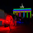 The coach and the Brandenburg Gate in the night light - Stockfoto