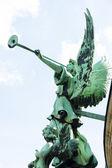 Berliner dom (berliner dom). statue eines engels mit einer trompete. — Stockfoto