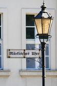 индекс markisches ufer на старый фонарный столб. берлин. германия — Стоковое фото