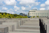 Memorial to the Murdered Jews of Europe, in the background, the U.S. Embassy and the Reichstag — Stock Photo