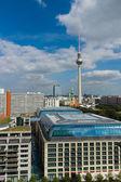 St. mary's Church und das Berlin Tv Tower und Hotels Park Inn, im Vordergrund Dach Hotel Radisson blu — Stockfoto