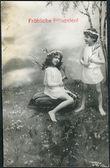 Cartão velho alemão 1911 duas meninas em campo. a inscrição em alemão: pentecostes alegre — Foto Stock