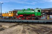 Steam locomotive FLC-077 (Meiningen) and diesel locomotive BEWAG DL2 (Typ Jung RK 15 B) on the railway turntable — Stock Photo
