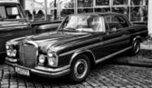 BERLIN - MAY 11: Mercedes-Benz W108 (black and white), 26. Oldtimer-Tage Berlin-Brandenburg, May 11, 2013 Berlin, Germany — Stockfoto