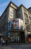 Topshop is een britse multinationale detailhandelaar dat gespecialiseerd in mode kleding is — Stockfoto