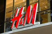 H & m hennes & mauritz ab est une société de vente au détail de vêtements, multinationale suédoise — Photo