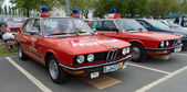 Cars rescue BMW 5 Series (E28) in the background, and the BMW 5 Series (E12) in the foreground — Foto Stock