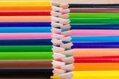Kolorowe kredki. tło. ostrość w centrum. — Zdjęcie stockowe