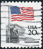 Postage stamp printed in the USA, shows the national flag and the U.S. Supreme Court building — Stock Photo