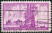 Selo postal imprimido nos eua, dedicado para o 300º aniversário new york city, mostra o navio holandês no porto de nova amsterdã — Fotografia Stock