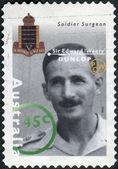 """Austrálie - circa 1995: poštovní známka vytištěny v austrálii ukazuje slavné australany z druhé světové války, voják chirurg sir edward """"unavený"""" dunlop, circa 1995 — Stock fotografie"""