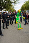 Performance of street artists on the Unter den Linden. The Day of German Unity is the national day of Germany — Stock Photo