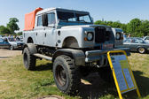 Off-road Land Rover Defender 109 Bigfoot Monstertruck — Stok fotoğraf