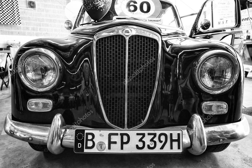 petite voiture familiale lancia appia berlina 1 re s rie 1953 noir et blanc photo. Black Bedroom Furniture Sets. Home Design Ideas