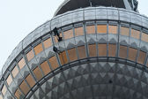 Rope access. Climbers wash windows at the Berlin TV Tower — Foto Stock