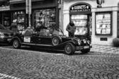 Rundtur i staden på en gammal bil. svart och vitt. stiliserade filmen. — Stockfoto