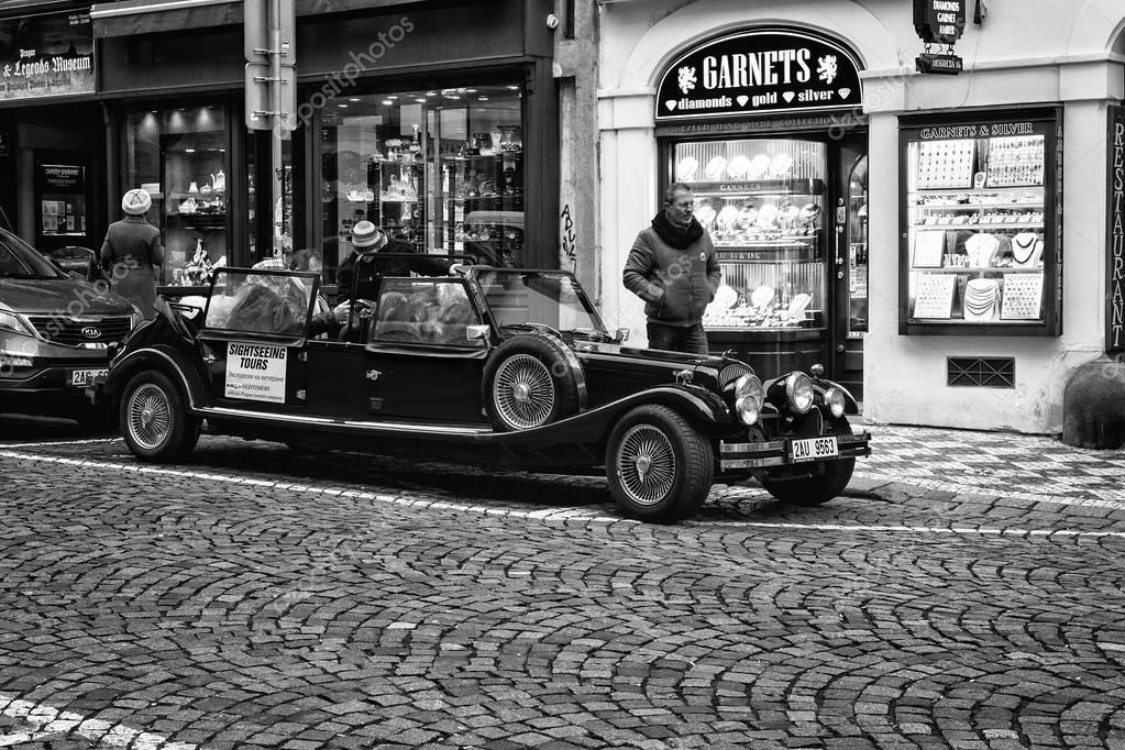 visite de la ville sur une vieille voiture noir et blanc film stylis photo ditoriale s. Black Bedroom Furniture Sets. Home Design Ideas