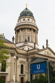 Berlin. German Cathedral on Gendarmenmarkt and the entrance to the metro station Stadtmitte — Stockfoto