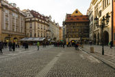 Eski Şehir Meydanı Prag eski şehir merkezinde turist. — Stok fotoğraf