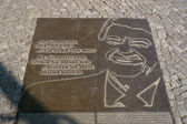 """Memorial plate in place of the Berlin Wall with a fragment of the text of U.S. President Ronald Reagan: """"Mr. Gorbachev, open this gate! ... Tear down this wall!"""" — Foto Stock"""