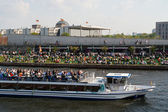 Restaurant on the embankment Spree and pleasure boat. Traditional pastime visitors and residents of of Berlin. — Stock Photo