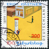 "Postage stamp printed in Germany, dedicated to the 100th anniversary of the children's author Erich Kastner, Illustration by Walter Trier to ""Emil and the Detectives"" — Foto Stock"