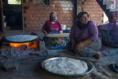 Village women prepare traditional flatbread on an open fire. Turkey — Stock Photo