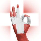 Mano bien señal con la bandera de suiza — Foto de Stock