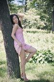 Vacker flicka i kort rosa klänning. — Stockfoto