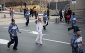 Torchbearer carries the Olympic flame. — Stockfoto