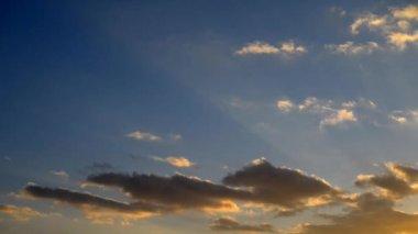 Nuvole di tramonto. — Video Stock