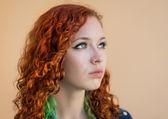 Retrato de mujer joven pelirroja. — Foto de Stock