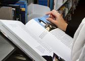 抱着图书馆的书 — 图库照片