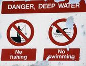 Niebezpieczeństwo głęboka woda znak — Zdjęcie stockowe