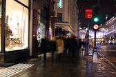 Volkeren in stad bij nacht — Stockfoto