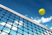 Tennisbal over net — Stockfoto
