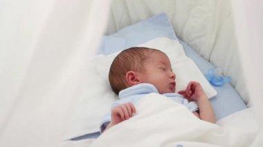 Bebê recém-nascido dormindo — Vídeo stock