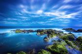 海と曇り空で穏やかな青い海で夕暮れ — ストック写真