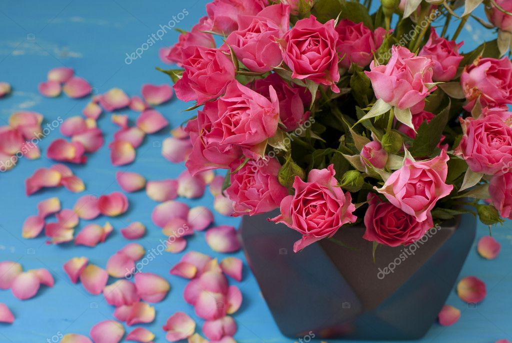 Bouquet of small pink roses on a coffee table — Stock Photo #13373632