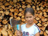Girl with axe — Stock Photo
