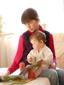 Krásné dívky, čtení knihy — Stock fotografie