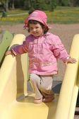 Retrato de niña preciosa en patio — Foto de Stock