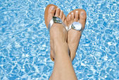 Feet Wearing Flipflop over the Swimming Pool — Stock Photo
