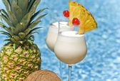 Pina Colada Cocktail by the Swimming Pool — Stock Photo