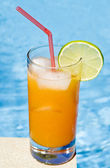 Mango Cocktail by the Pool — Stock Photo